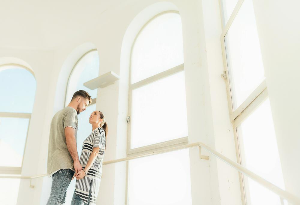 foto de preboda, luz entrando por ventanales ilumina a dos novios